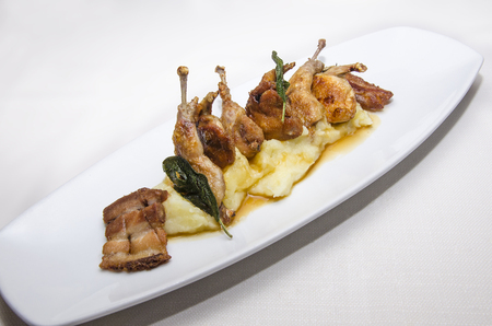 Photo pour dish with portion of thighs of quail with bacon and mashed potatoes - image libre de droit