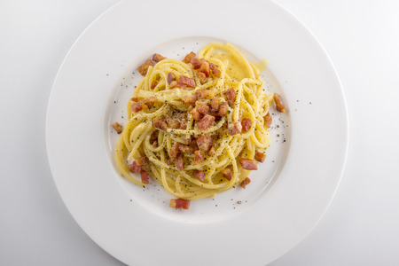 Photo pour Top view of White round plate of spaghetti carbonara pasta  - image libre de droit
