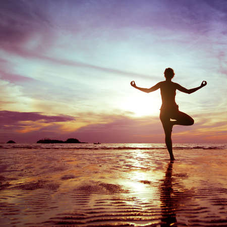 Photo pour yoga on the beach - image libre de droit