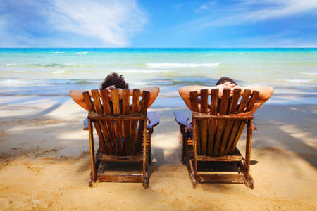 Foto de couple resting on the beach - Imagen libre de derechos