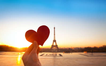 Foto de heart in hands, romantic vacations in Paris - Imagen libre de derechos