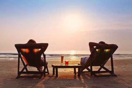 Foto de happy couple enjoy sunset on the beach - Imagen libre de derechos