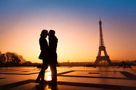 Photo pour loving couple kissing on Eiffel Tower background, Paris, France - image libre de droit