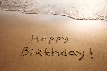 Photo pour happy birthday postcard on the beach - image libre de droit