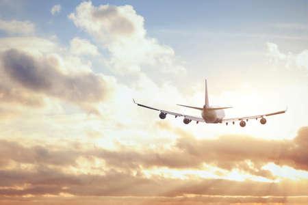 Foto de airplane in sunset sky - Imagen libre de derechos