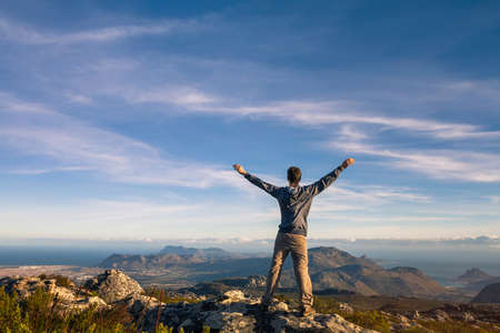 Photo pour man standing with raised hands on top of Table mountain in Cape Town, South Africa - image libre de droit