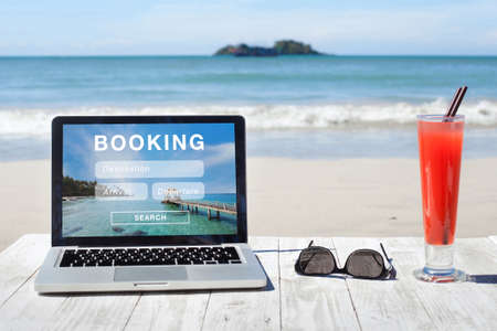 Foto per travel booking, hotels and flights reservation on the screen of computer - Immagine Royalty Free