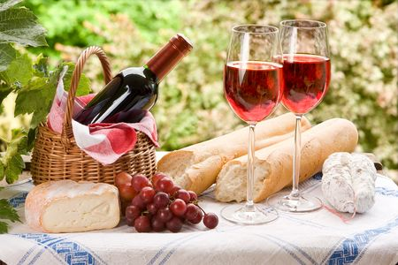 Photo pour Country life setting with wine and fruit  - image libre de droit