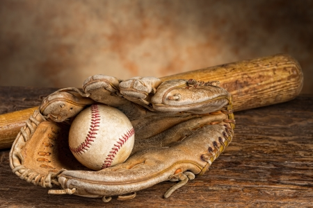 Photo pour Old baseball bat with ball and weathered glove - image libre de droit