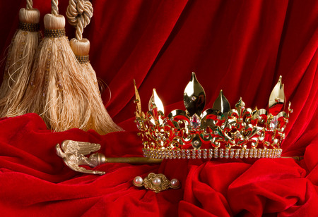 Photo pour Golden king's crown and scepter on red velvet - image libre de droit