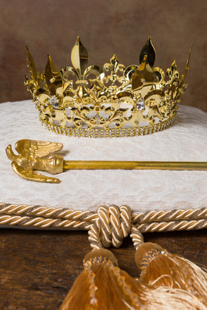 Photo pour Royal scepter and golden crown on a cream cushion - image libre de droit