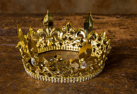 Photo pour Medieval style golden crown on antique wooden background - image libre de droit