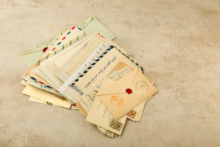 Foto de Old envelopes and letters stacked in a bundle - Imagen libre de derechos