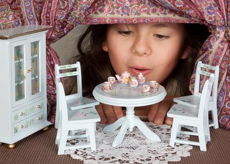 Foto de Alice in wonderland looking through a miniature window - Imagen libre de derechos