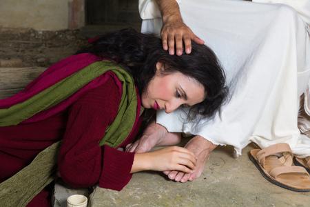 Foto de Mary Magdalene crying of shame and embalming Jesus' feet - Imagen libre de derechos
