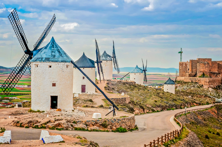 Photo pour View of windmills in Consuegra, Spain - image libre de droit