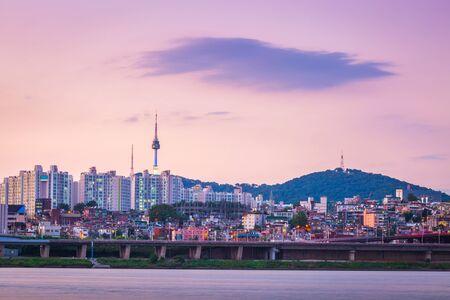 Foto de Han River in the evening and n seoul tower behind, seoul, south korea. - Imagen libre de derechos
