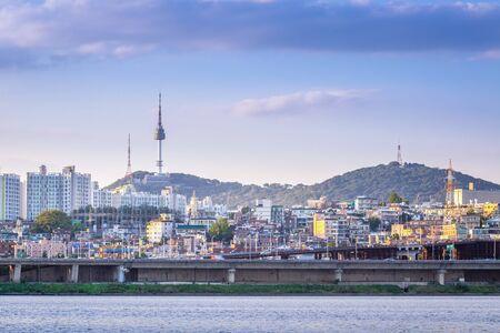 Foto de seoul city and Han River in the evening and n seoul tower behind, seoul, south korea. - Imagen libre de derechos