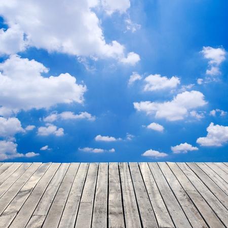 Photo pour wooden floor and blue sky - image libre de droit