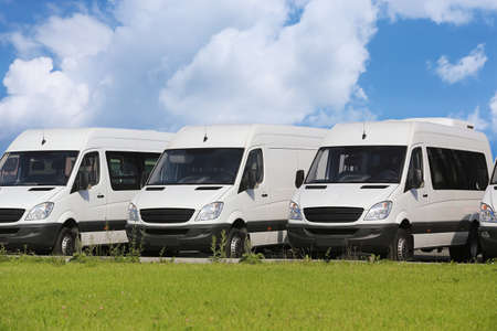 Photo pour number of new white minibuses and vans outside - image libre de droit
