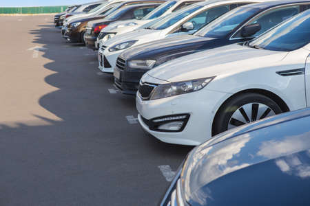 Foto de number of cars on the outside in the parking lot - Imagen libre de derechos