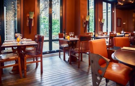 Foto de empty evening restaurant interior  - Imagen libre de derechos
