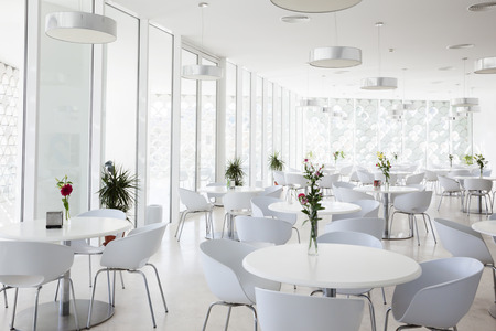 Foto de interior of white summer restaurant - Imagen libre de derechos
