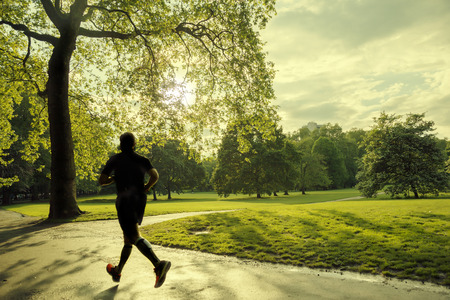 Foto de evening runner in London green Park - Imagen libre de derechos