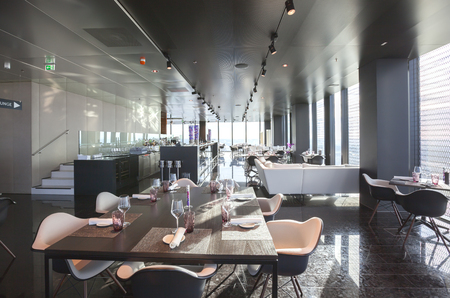 Photo pour interior of Vienna contemporary restaurant on 57 floor - image libre de droit