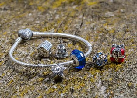 Foto de jewelry bracelet women on an old wooden surface, modern fashion, charms, jewelry, macro - Imagen libre de derechos