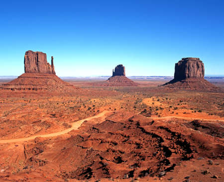 Photo pour Rock formations knows as  left to right  West Mitten Butte, East Mitten Butte and Merrick Butte, Monument Valley, Utah Arizona, United States of America  - image libre de droit