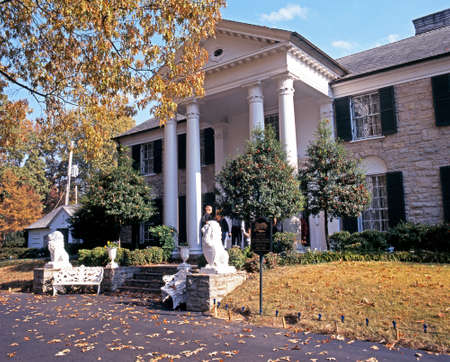 Photo pour Front view of Graceland, the home of Elvis Presley, during the Autumn, Memphis, Tennessee, United States of America. - image libre de droit