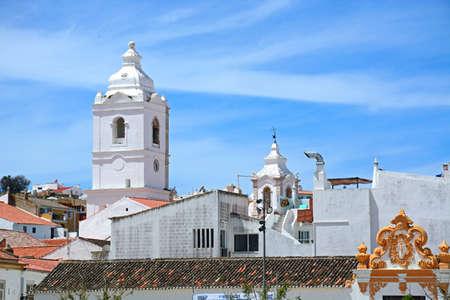 Photo pour Santo Antonio church bell tower (Igreja de Santo Antonio) in the old town seen from Infant Square, Lagos, Algarve, Portugal, Europe. - image libre de droit