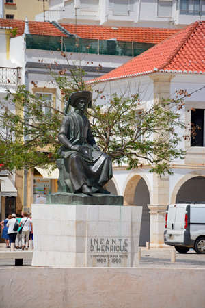 Photo pour Statue of Infante Dom Henrique (Prince Henry) in the town square with town buildings to the rear, Lagos, Algarve, Portugal, Europe. - image libre de droit