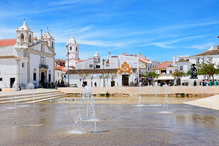 Photo pour Fountains in Infant Square with the Santa Maria Church to the left and town buildings to the rear, Lagos, Algarve, Portugal, Europe. - image libre de droit