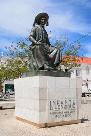 Photo pour Statue of Infante Dom Henrique (Prince Henry) in the town square, Lagos, Algarve, Portugal, Europe. - image libre de droit