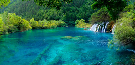 Photo pour Colorful Lake in Jiuzhaigou National Park, Sichuan, China - image libre de droit