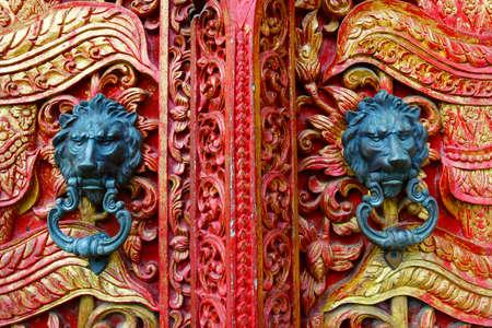 Photo pour door handle with lion design on temple buddhist - image libre de droit