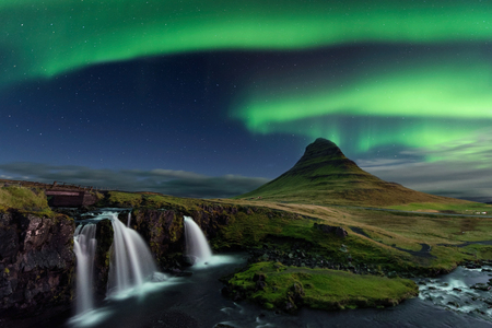 Photo pour The Northern Light at the mountain Kirkjufell Iceland. Landscape of waterfall Kirkjufellsfoss, with green bands of Aurora Borealis. Snaefellnes, Iceland - image libre de droit
