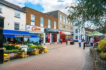 Photo pour BICESTER, ENGLAND - SEPTEMBER 25, 2009: View of Sheep street in outlet village. Oxfordshire - image libre de droit