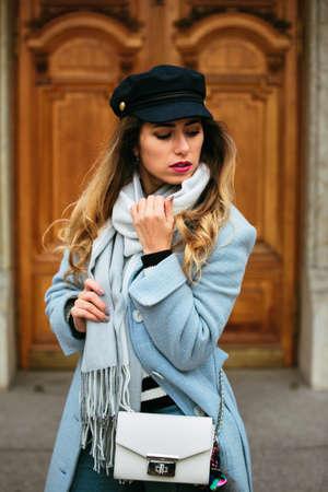 Foto de Outdoor portrait of young beautiful fashion girl posing on street. Model looking aside. Lady wearing stylish winter clothes. Female fashion. - Imagen libre de derechos
