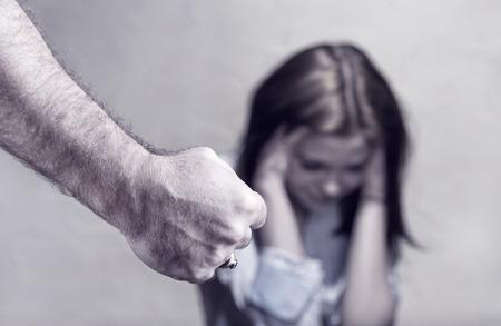 Foto de Woman victim of domestic violence and abuse. Focus on hand - Imagen libre de derechos