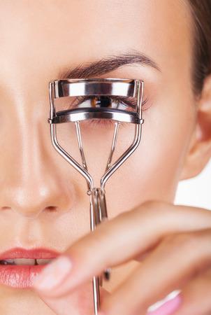Photo pour Closeup young beautiful woman making curl eyelashes - image libre de droit