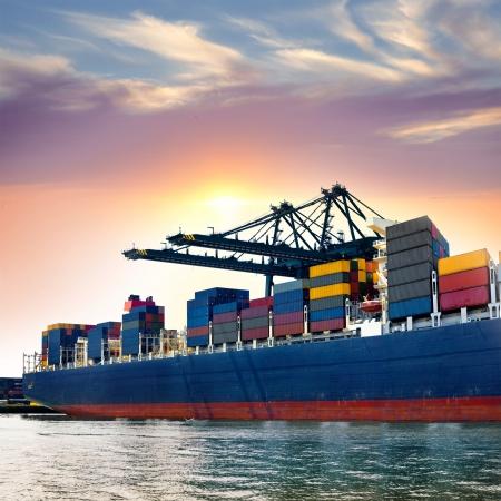 Photo pour Cargo sea port. Sea cargo cranes. Sea. - image libre de droit
