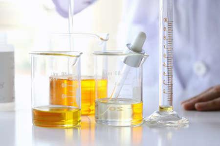 Foto de Oil pouring, Equipment and science experiments, Formulating the chemical for medicine, Organic pharmaceutical, Alternative medicine concept. (Selective Focus) - Imagen libre de derechos