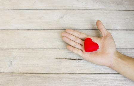 Photo pour help,Heart in Hand on wood - image libre de droit