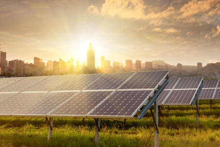 Foto de solar panels under blue sky - Imagen libre de derechos