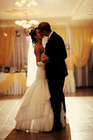 Photo pour Bride and groom having a first wedding dance - image libre de droit