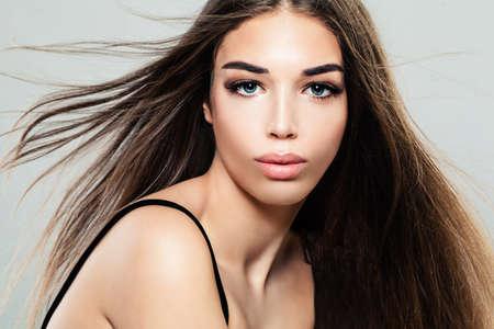 Photo pour Glamorous Young Woman with Healthy Hair, Fashion Portrait - image libre de droit