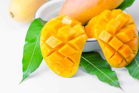Foto de fresh mango fruit isolated on white background - Imagen libre de derechos